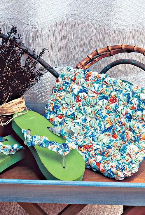 Como fazer fuxico: chinelo e bolsa de praia decorados com o material