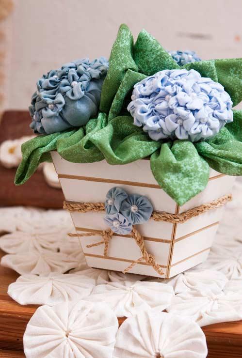 Como fazer fuxico: centro de mesa e flores do vaso com o material