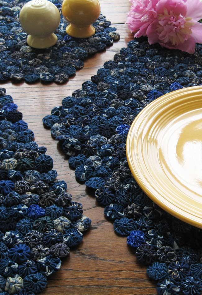 Fuxico azul no centro de mesa