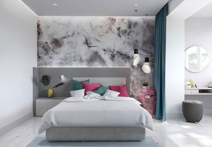 Cores vibrantes em quarto de casal moderno feminino