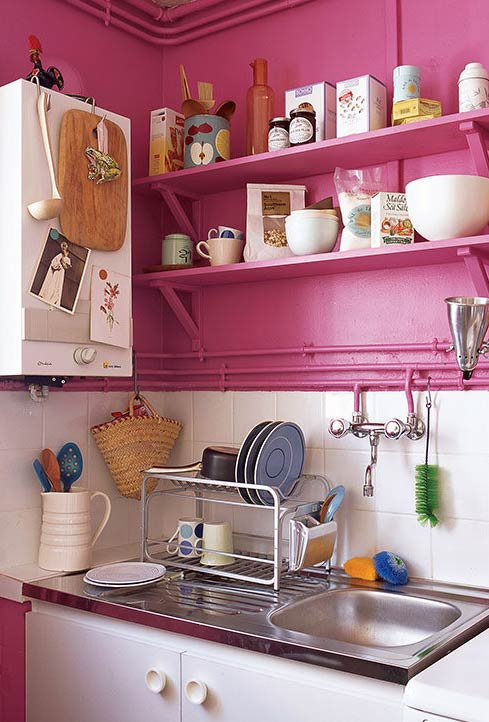 Cozinha industrial em tons de rosa choque