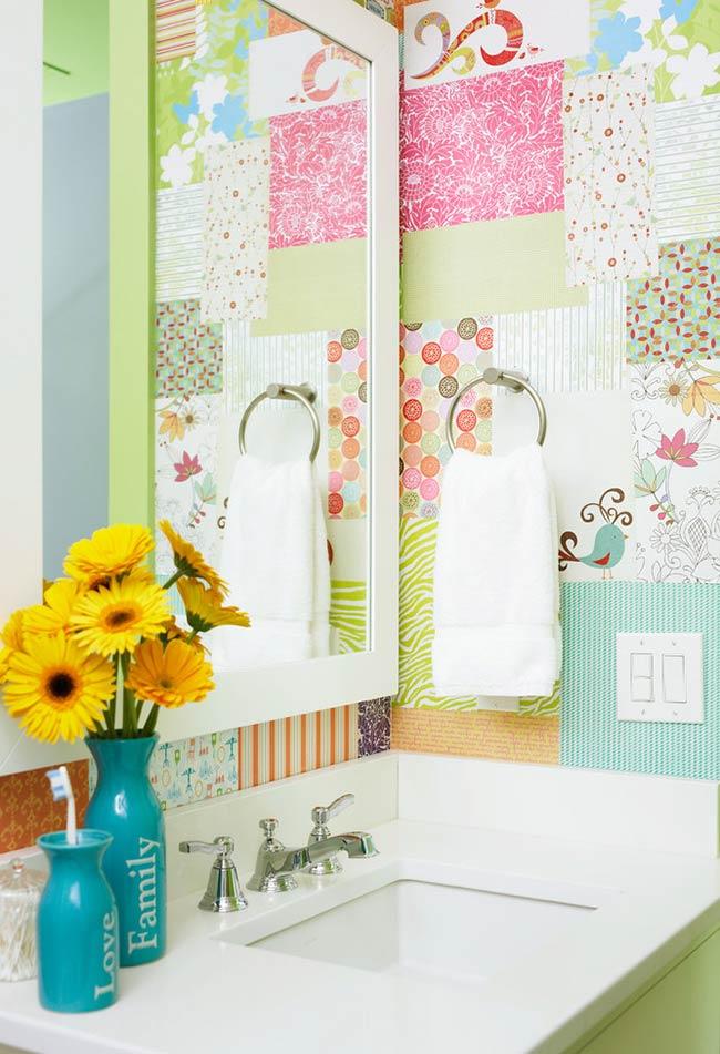 Patchwork em papel de parede no banheiro