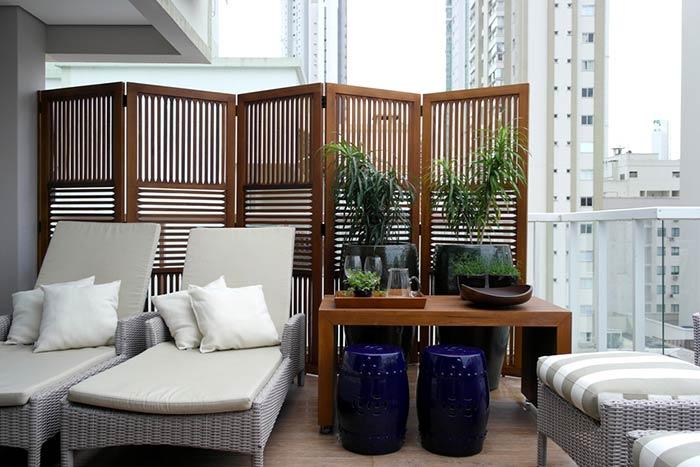 Biombo de madeira escura para a decoração de ambientes