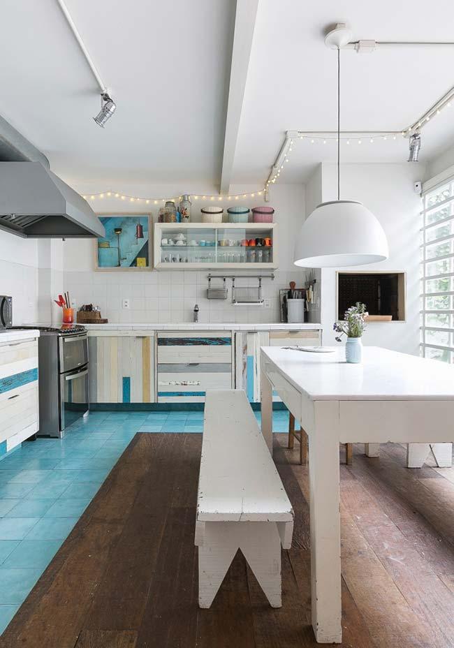 Pintura branca se equilibra com o restante da cozinha