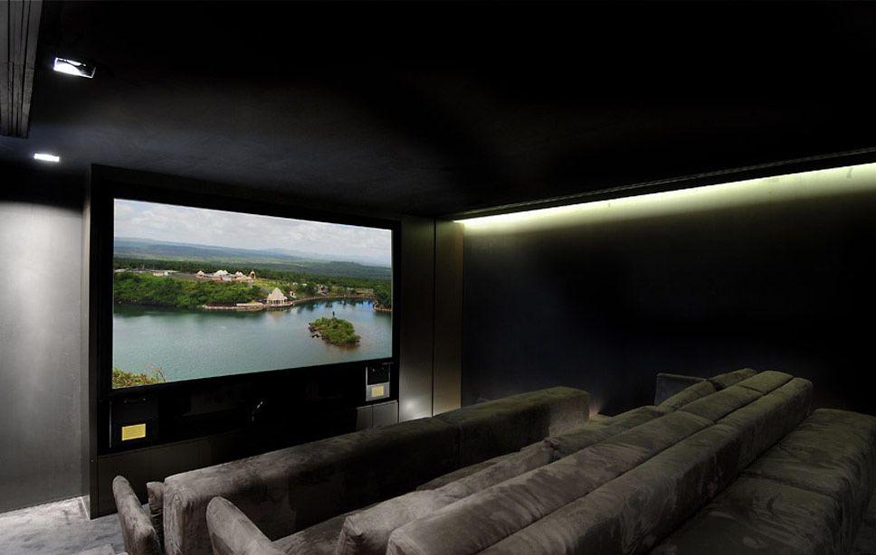 Iluminação lateral na sala de cinema em casa