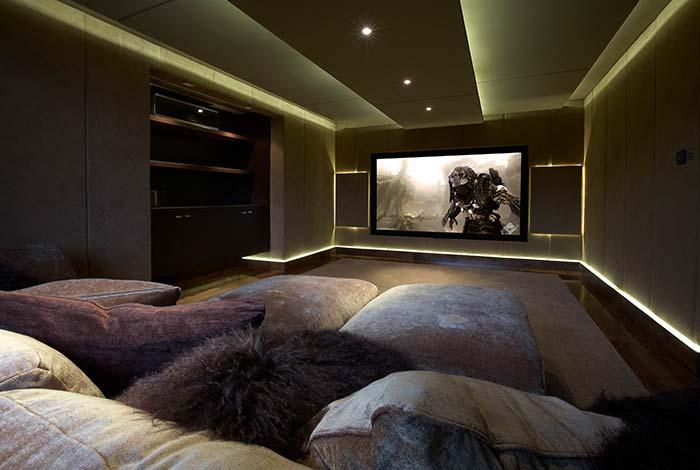 Iluminação com sancas na sala de cinema