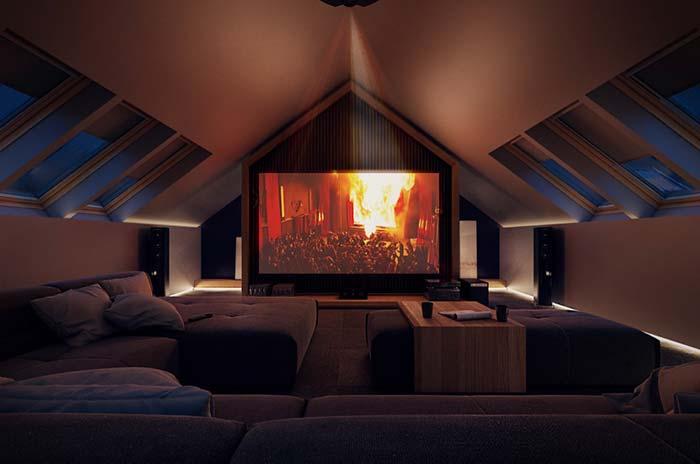 Sala de cinema com teto baixo