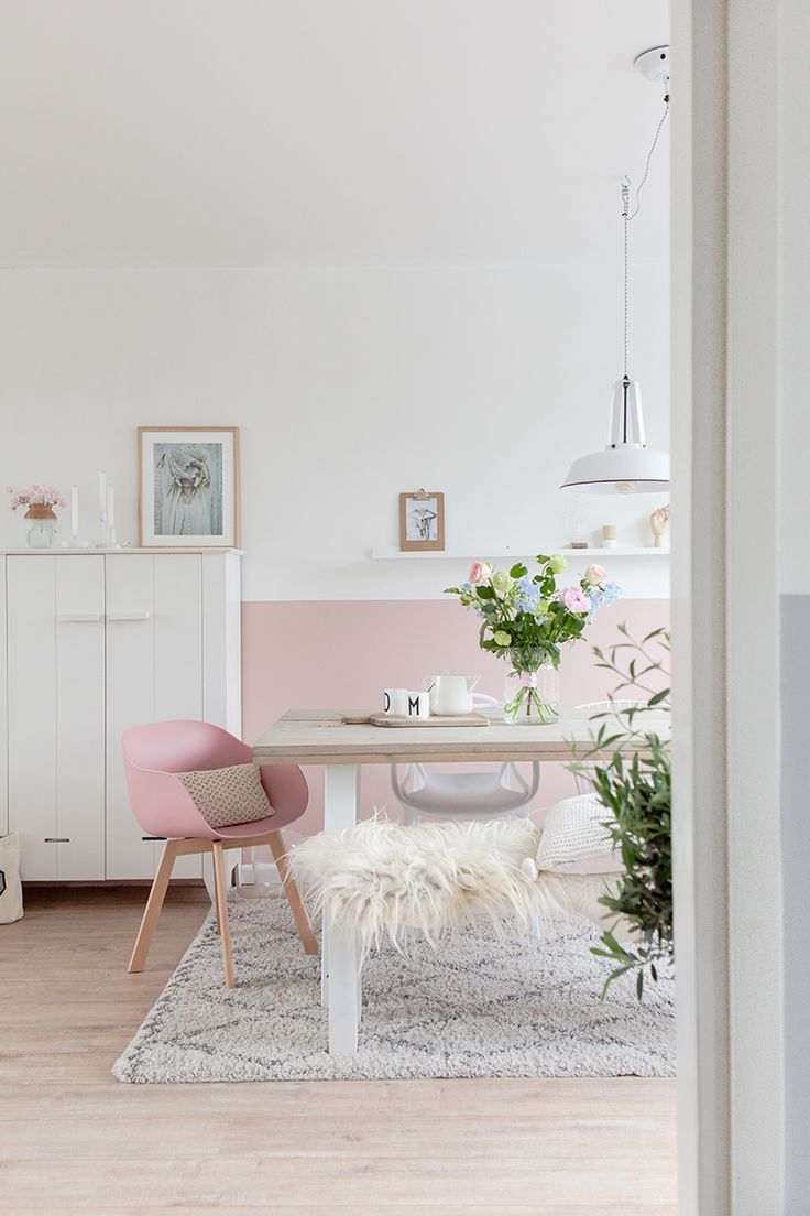 Branco e rosa claro como base na decoração