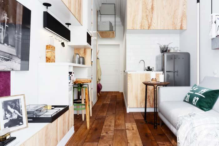 Sala pequena com piso rústico