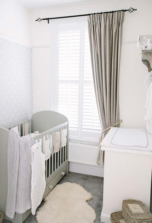 Cores neutras para os móveis e a decoração para um quarto de bebê simples.