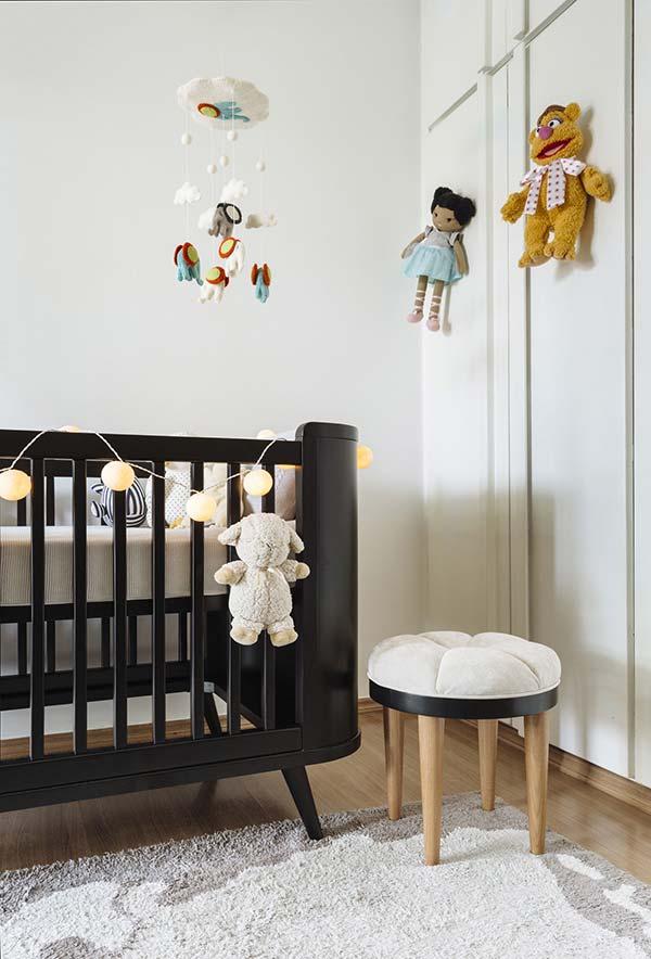 Brinquedos no quarto de bebê simples