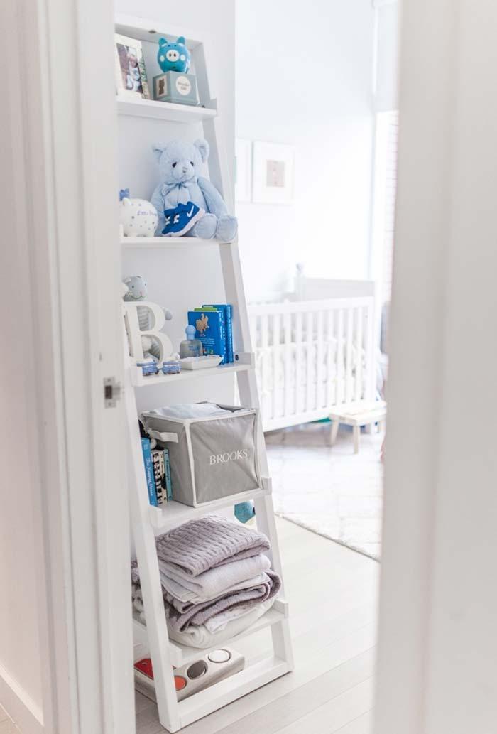 Estante escada na decoração do quarto de bebê