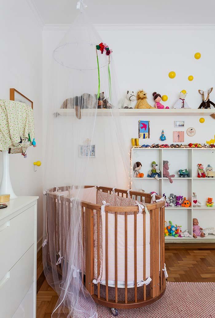 Quarto de bebê simples com decoração lúdica