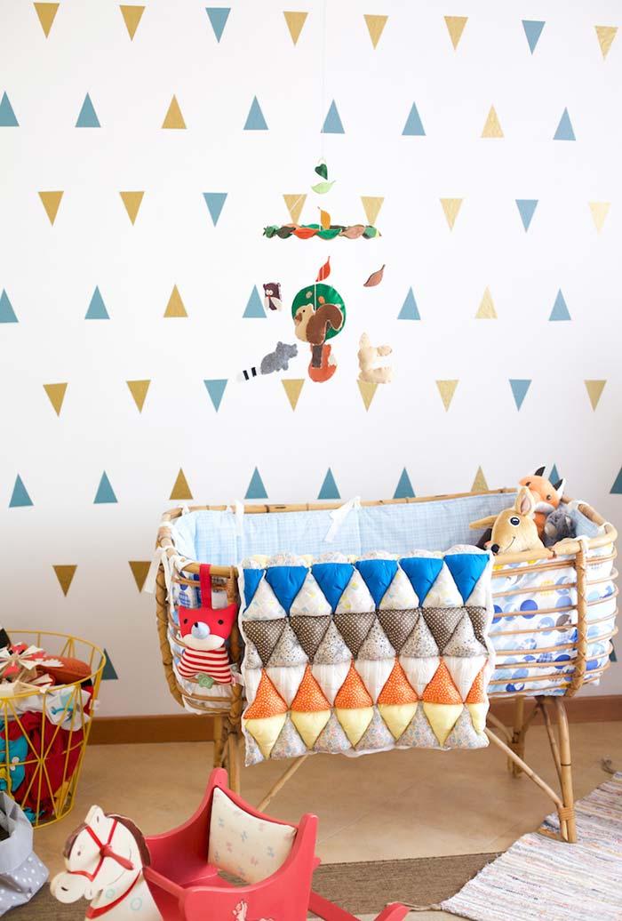 Berço de bambu no quarto de bebê simples