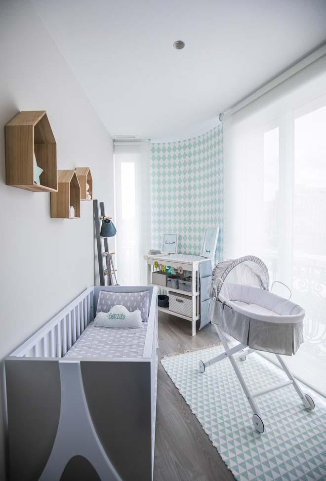 Entrada de luz natural no quarto de bebê simples