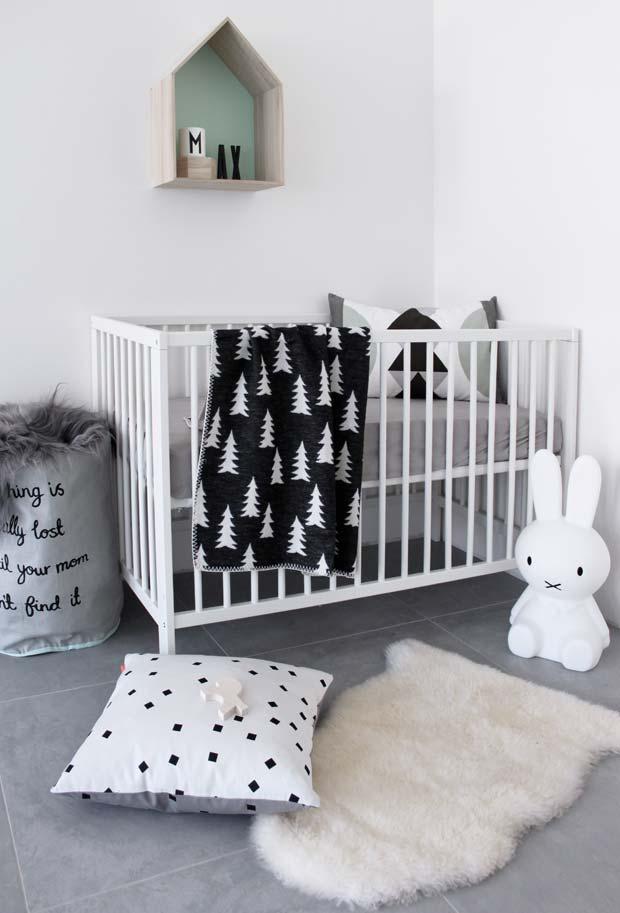 Quarto de bebê simples no estilo escandinavo