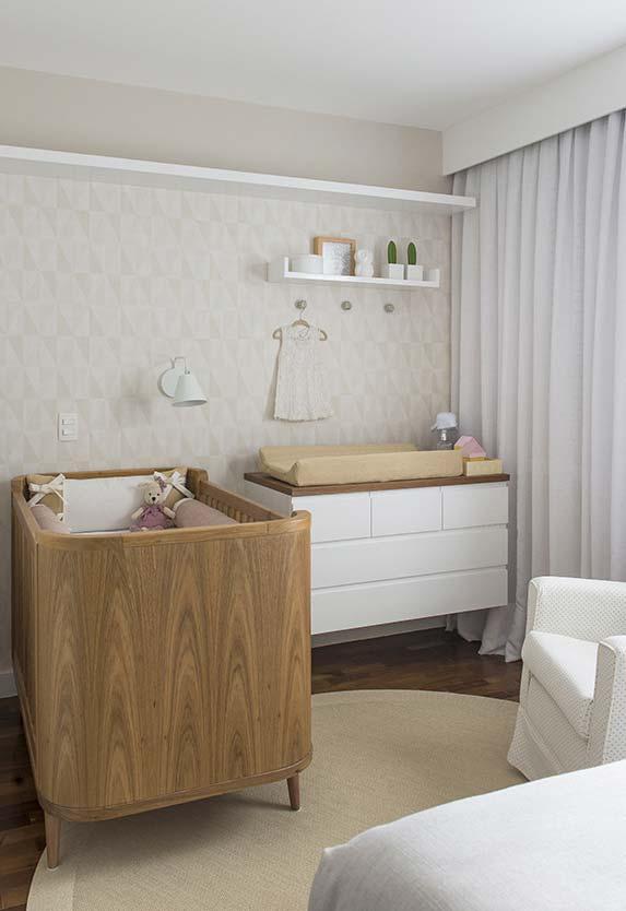 Papel de parede clássico no quarto de bebê simples