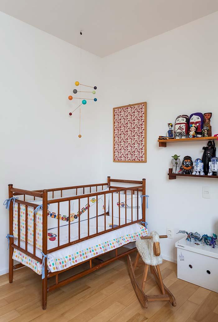 Mogno e madeira no quarto de bebê simples
