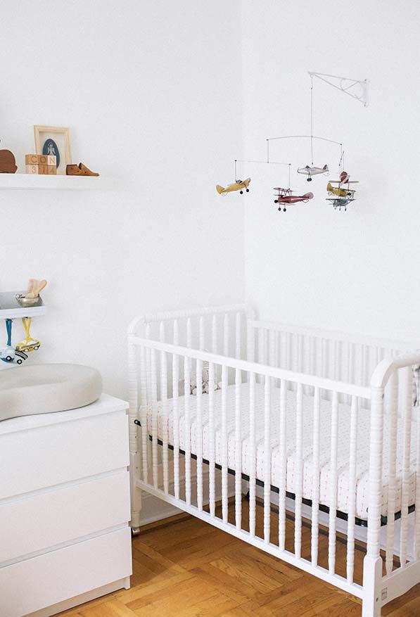 Quarto de bebê simples com móbile personalizado