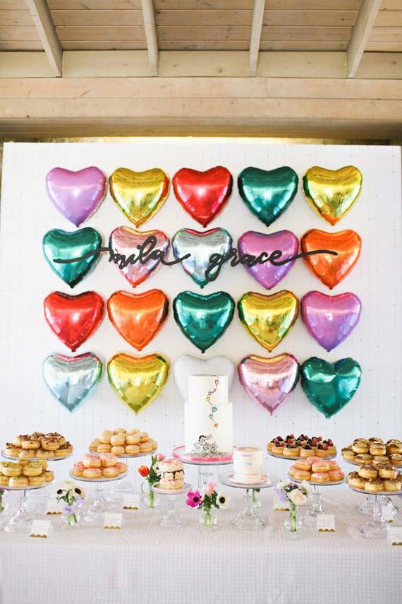 Decoração de festa de 15 anos: alguns balões e uma mesa farta