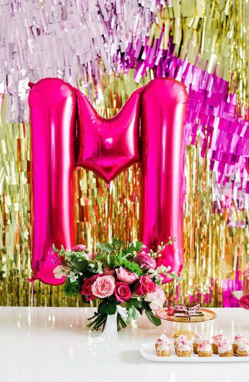 Decoração de festa de 15 anos: balão com a letra do nome