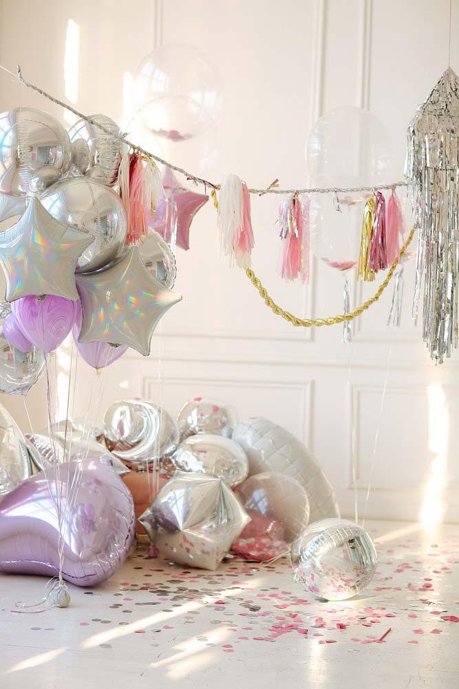 Decoração de festa de 15 anos: balões metálicos em diferentes formatos