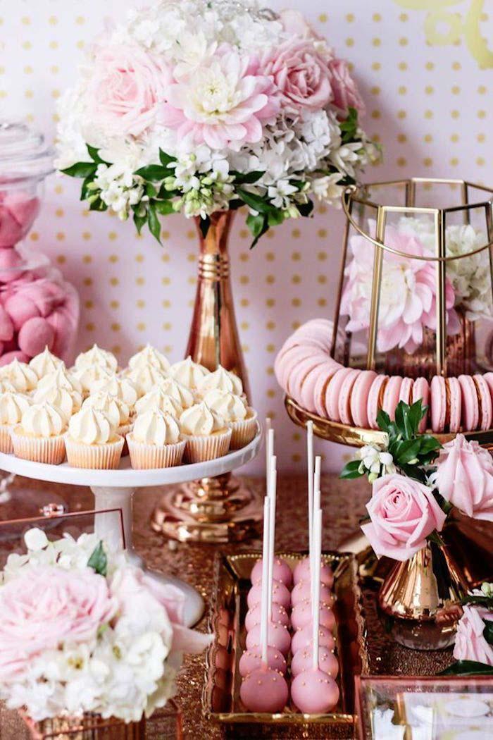 Mesa de doces rosa com detalhes em cobre na decoração de festa de 15 anos