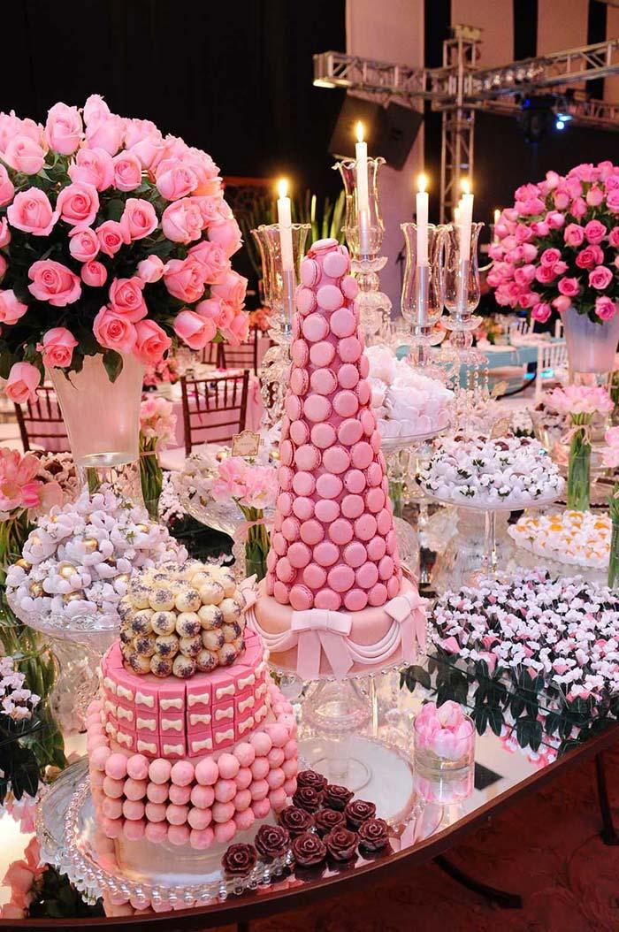 Árvore de macaron rosa na mesa de doce