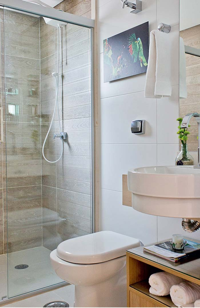 Box de banheiro com porcelanato de madeira