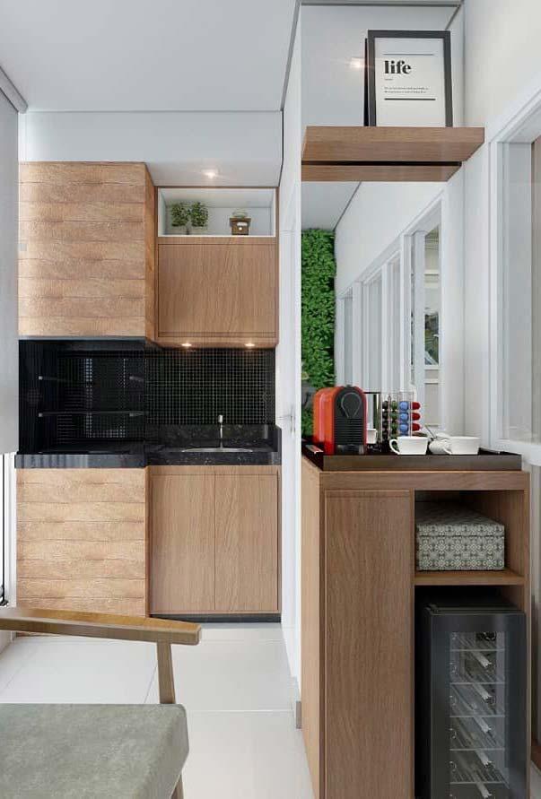 Porcelanato madeira seguindo a tonalidade dos móveis