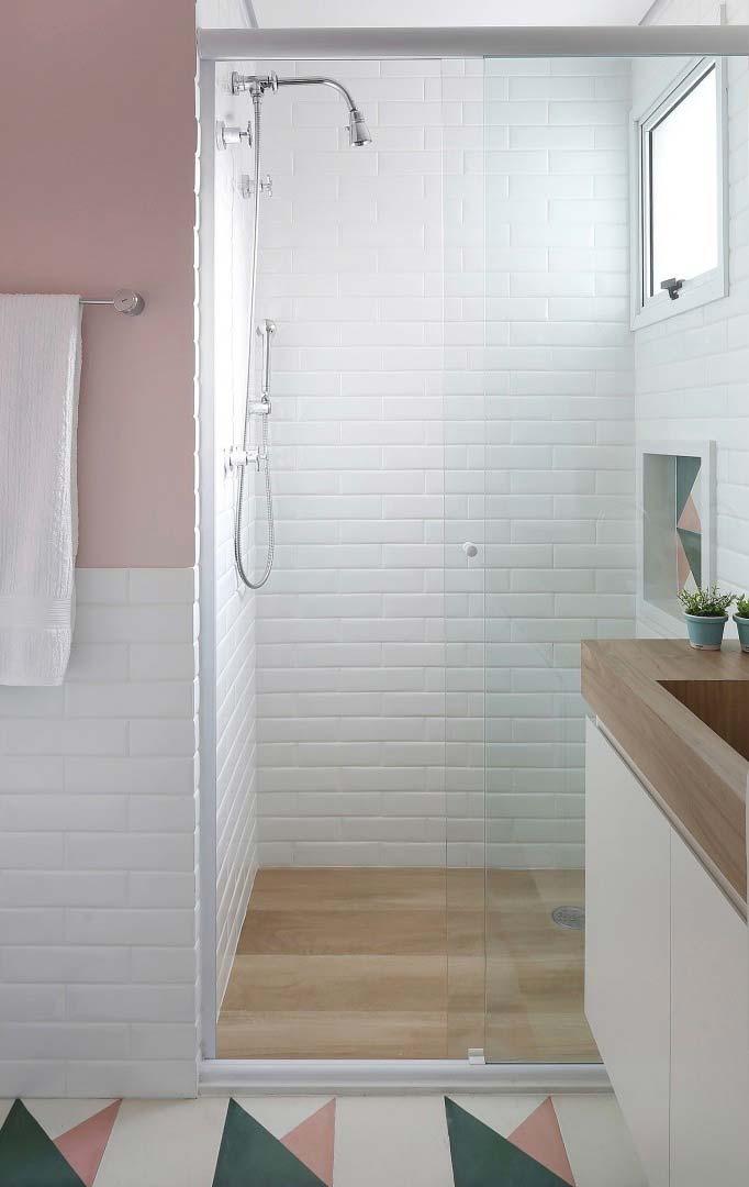 Banheiro charmoso com porcelanato madeira