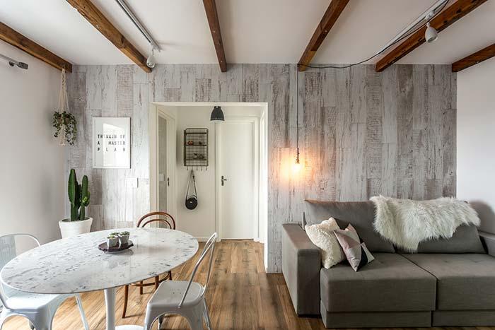 Cinza nas paredes e madeira no chão