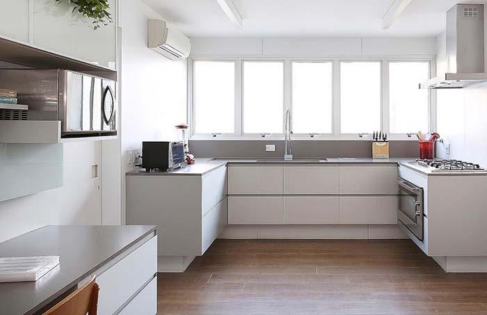 Porcelanato madeira na cozinha branca