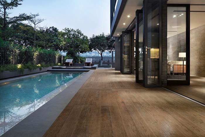 Porcelanato imitando madeira para rodear a piscina