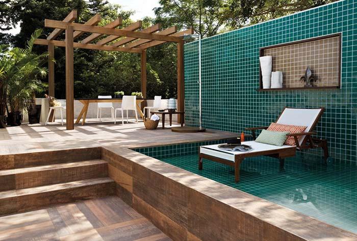 Porcelanato de madeira para criar uma área externa confortáve