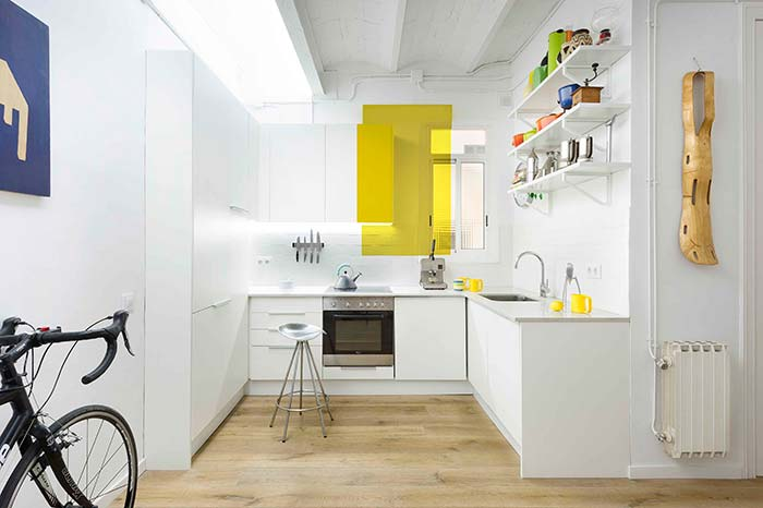 Cozinha planejada com faixa amarela
