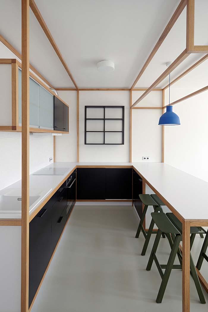 Linhas de madeira na cozinha planejada pequena