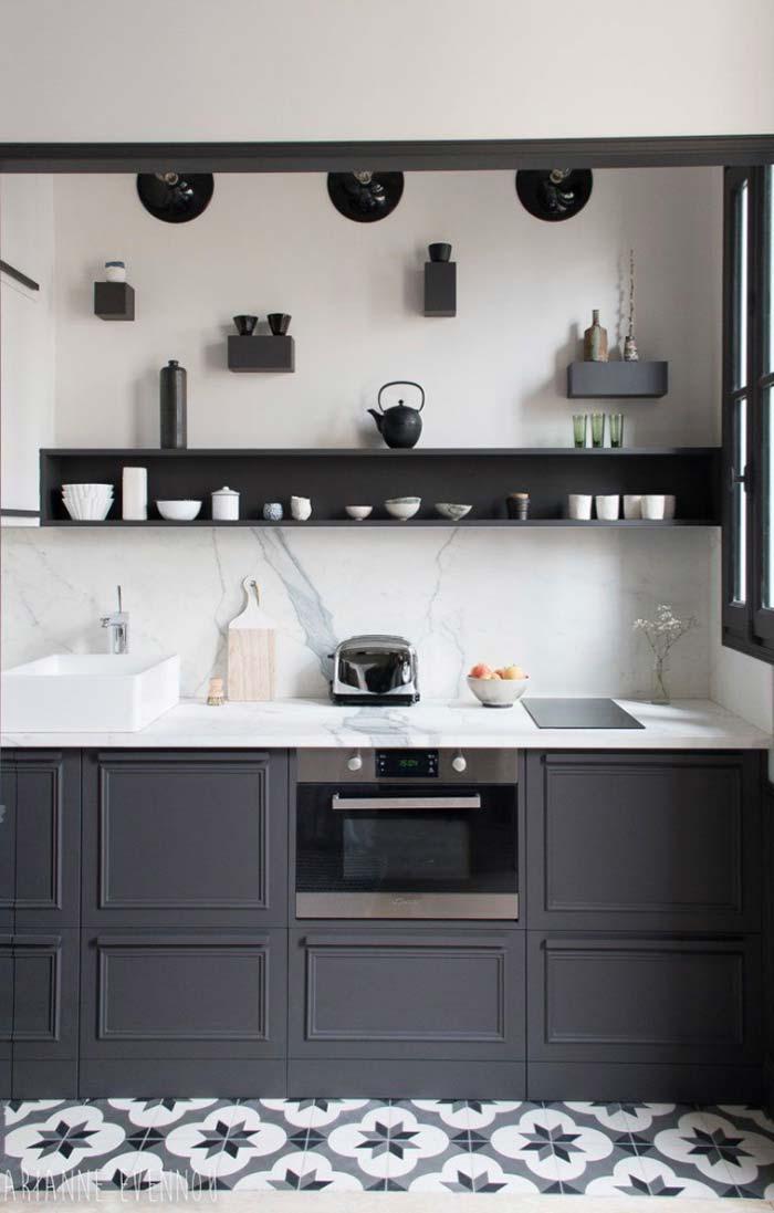 Cozinha planejada com móveis de cor marcante