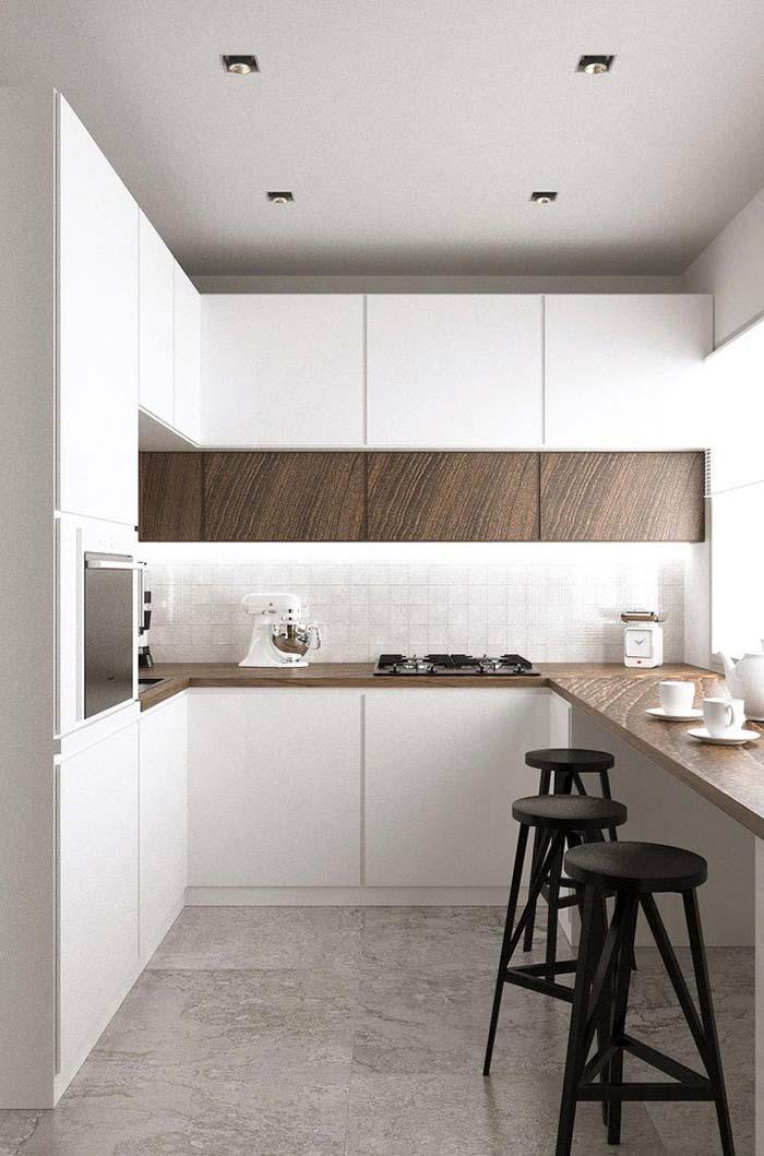 Bancada de madeira na cozinha planejada pequena