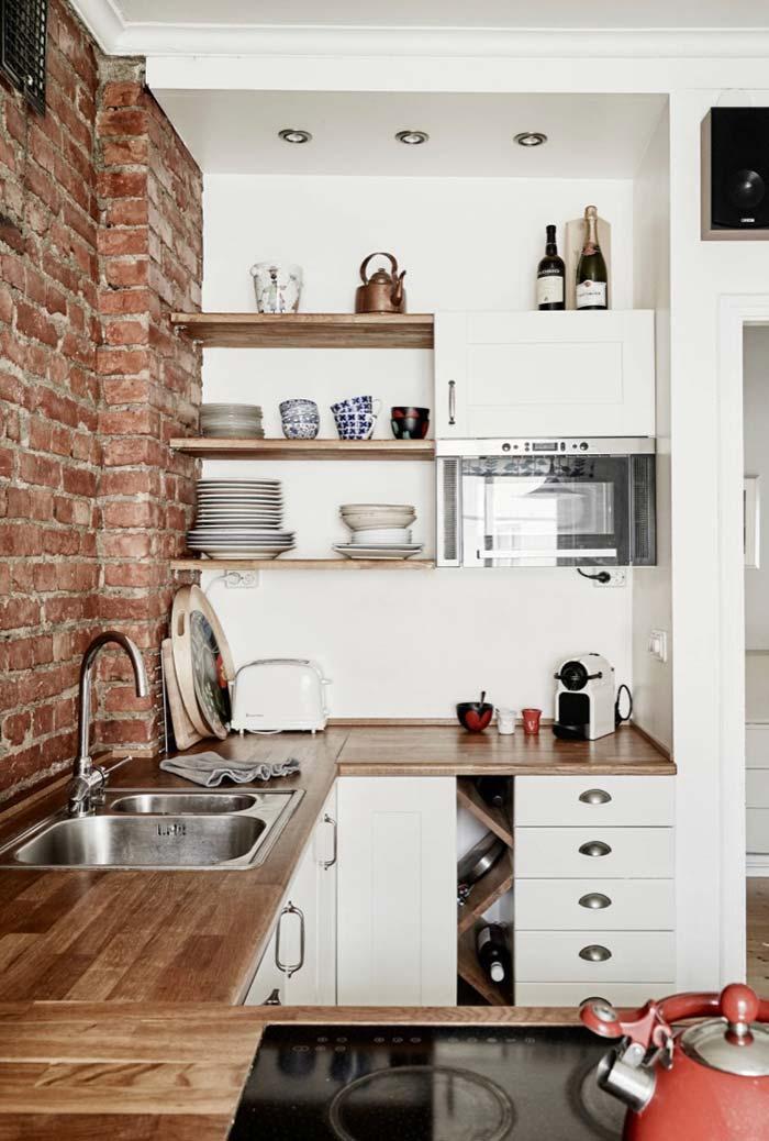 Cozinha planejada pequena com prateleiras