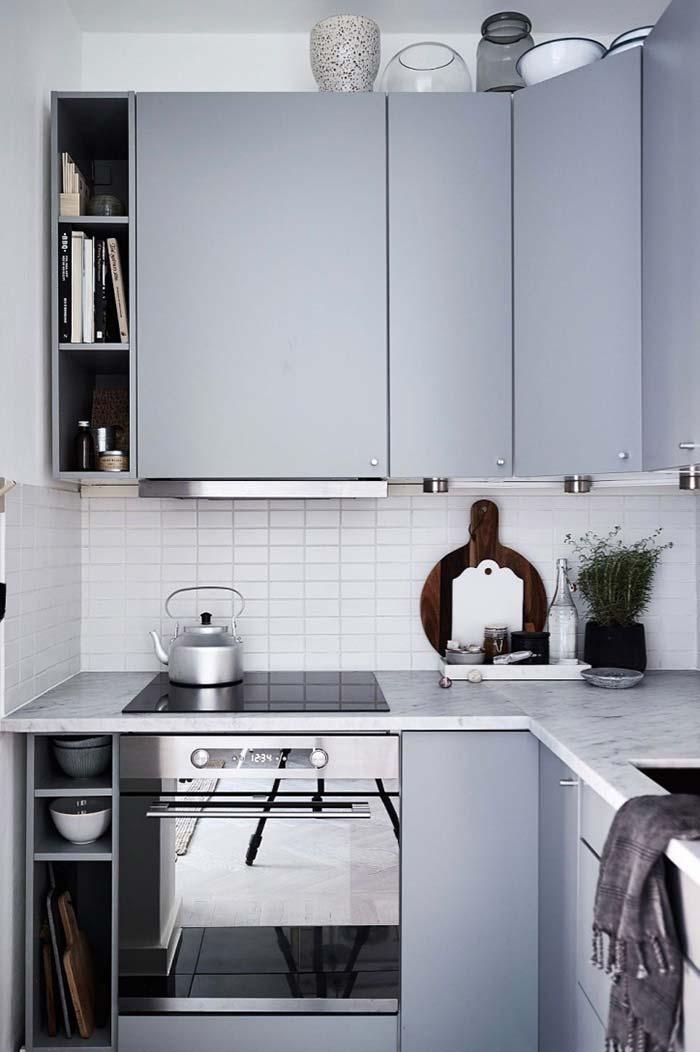 Cozinha planejada pequena com tons metálicos