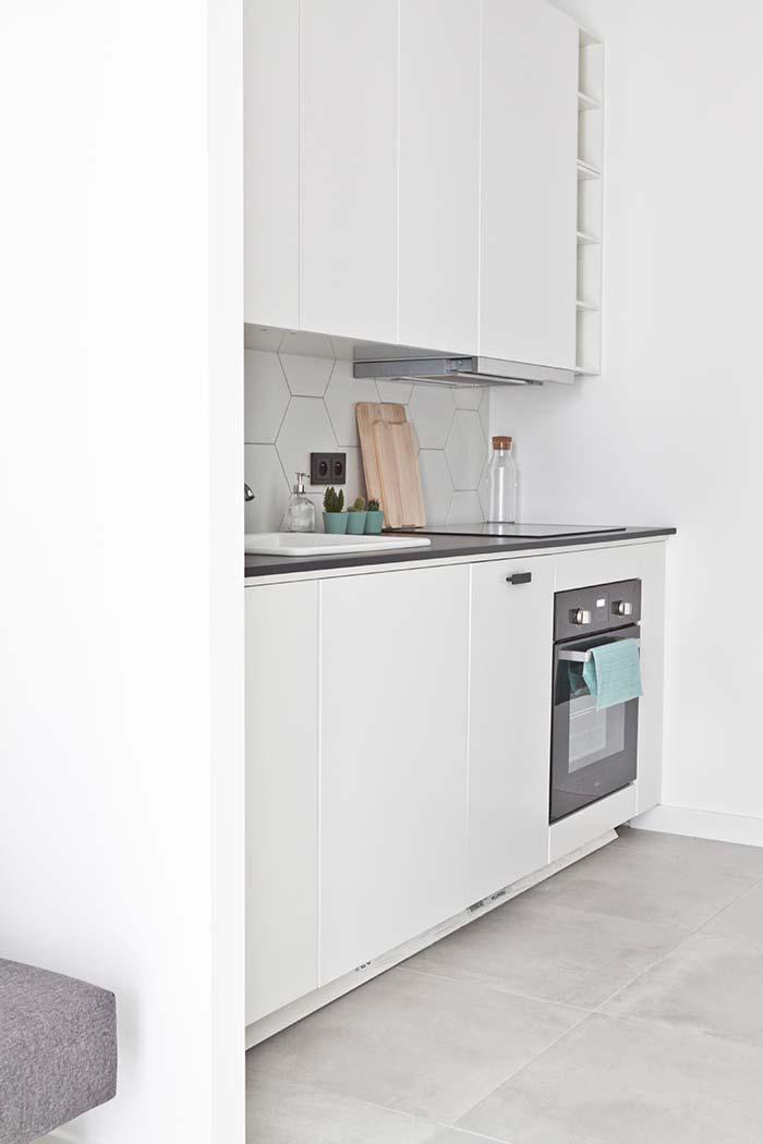 Cozinha planejada pequena com cooktop e fogão embutido