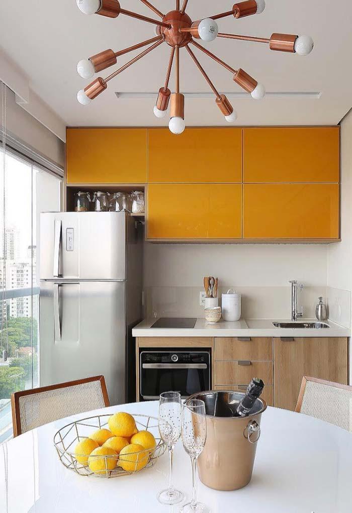 Cozinha planejada pequena que aproveita toda a parede