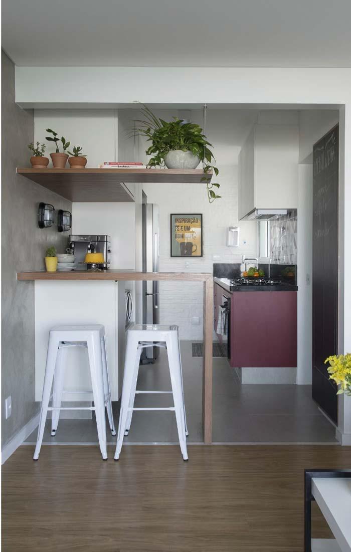 Cozinha planejada com balcão suspenso