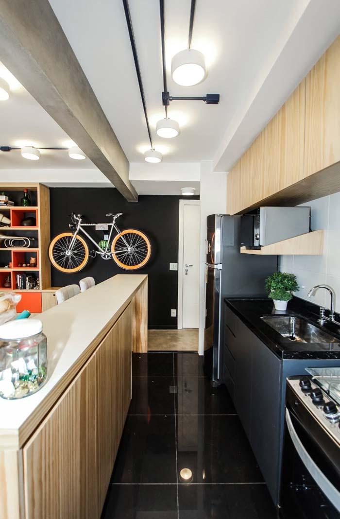 Cozinha planejada com balcão de madeira