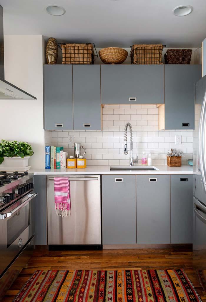 Cozinha pequena com cestos