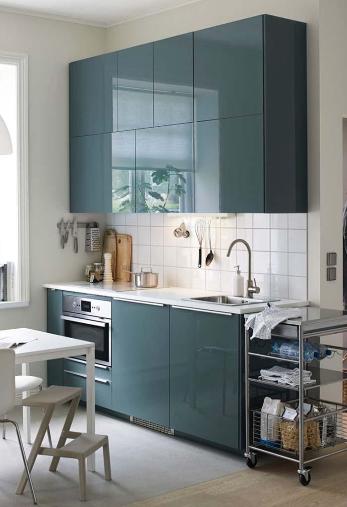 Cozinha planejada pequena azul brilhante