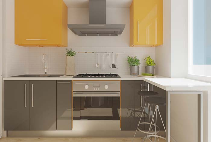 Cozinha planejada com cores contrastantes