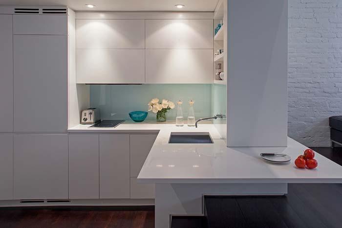Cozinha planejada dividindo ambientes