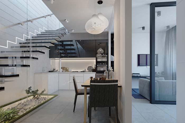 Cozinha corredor sob a escada